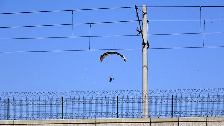 Adanada paramotorla uçan 2 kişi polisi harekete geçirdi