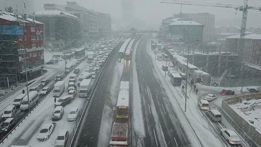 Aniden bastıran kar metrobüs seferlerini durdurdu