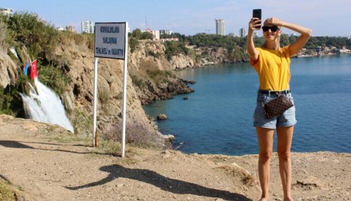 Antalya'da bir fotoğraf uğuruna hayatlarını tehlikeye atıyorlar