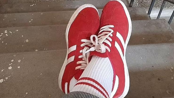 Belarus'ta kırmızı beyaz ayakkabı ve çorap giyen kadına para...