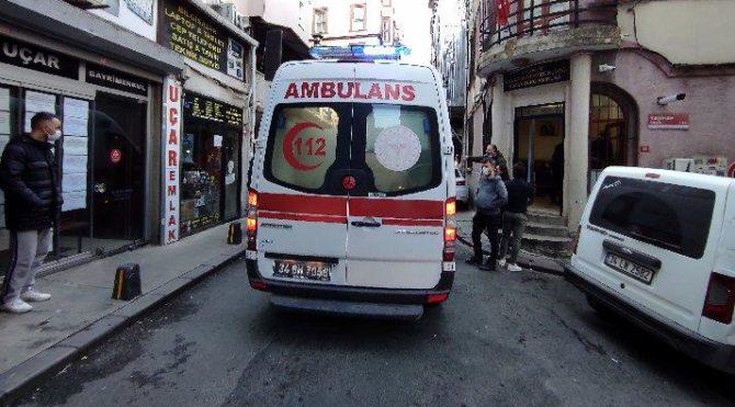 Beyoğlu'nda dehşet: Boğazından bıçaklayıp kaçtı
