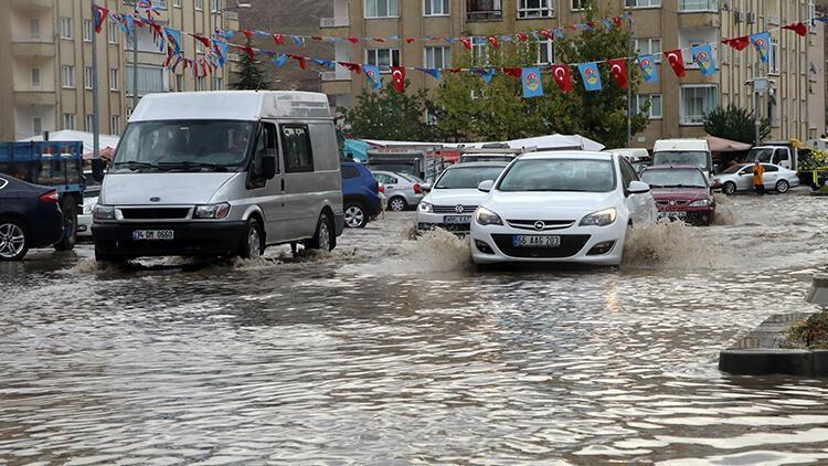 Çankırıda sağanak yağış etkili oldu! Cadde ve sokaklar göle...
