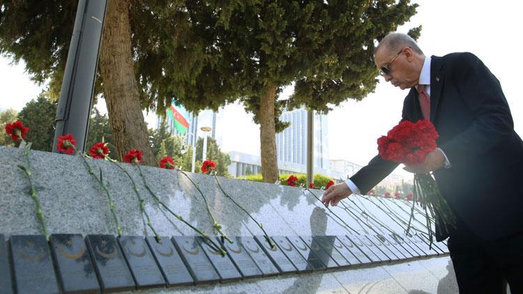 Cumhurbaşkanı Erdoğan, Bakü'de Türk Şehitliği'ni ziyaret etti
