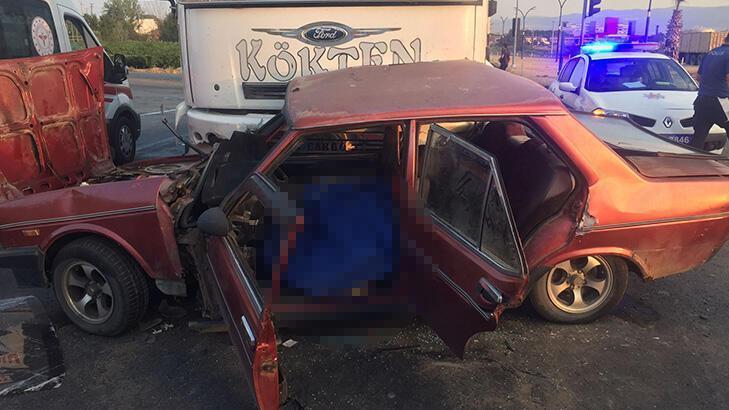 Feci kaza! Kamyon ile otomobil çarpıştı