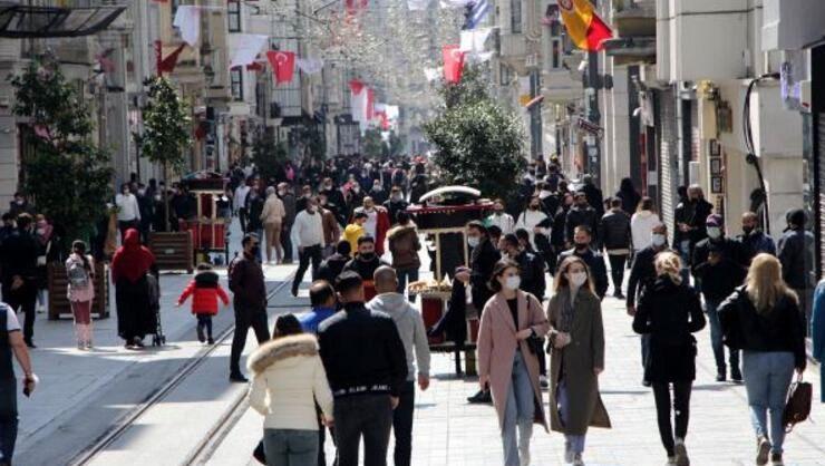 Hafta sonu yasağı uygulanan İstanbulda İstiklal Caddesi turistlere...