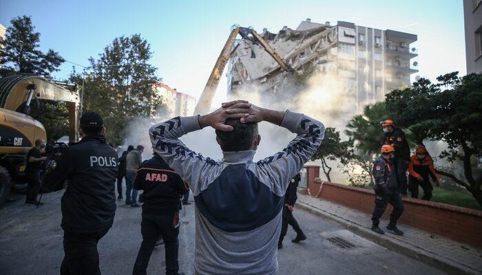 İzmir'deki depremde bir kısmı yıkılan Karagül Apartmanı kontrollü olarak yıkıldı