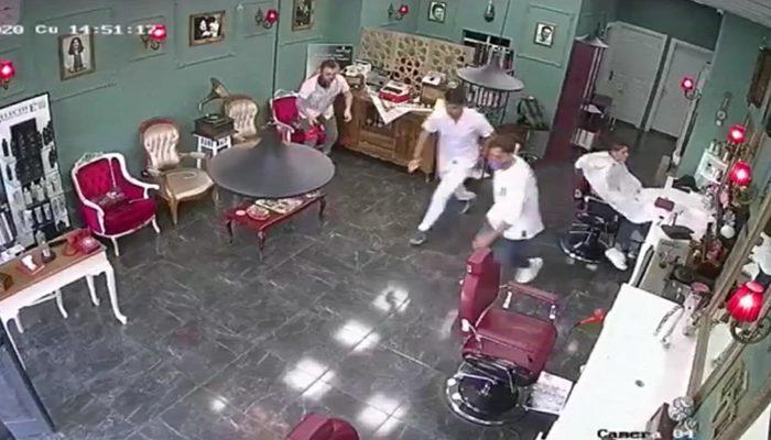 İzmir'deki depreme berberde yakalandılar! Korku dolu anlar kamerada