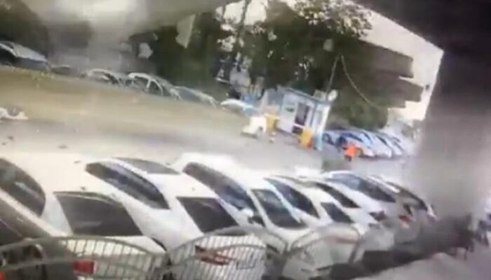 İzmir depreminde dev beton blokların araçların üzerine düşme anı kamerada