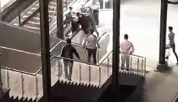 Marmaray'da linç girişimi! Kadın güvenlik görevlisine hakaret eden kişi vatandaşlar tarafından dövüldü
