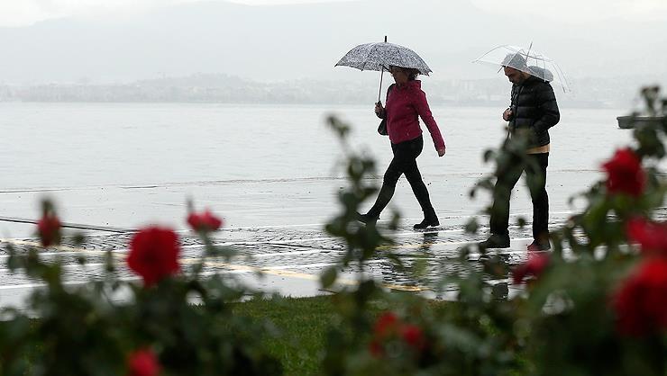 Meteoroloji yağış için Marmara ve Karadenizi saat vererek uyardı