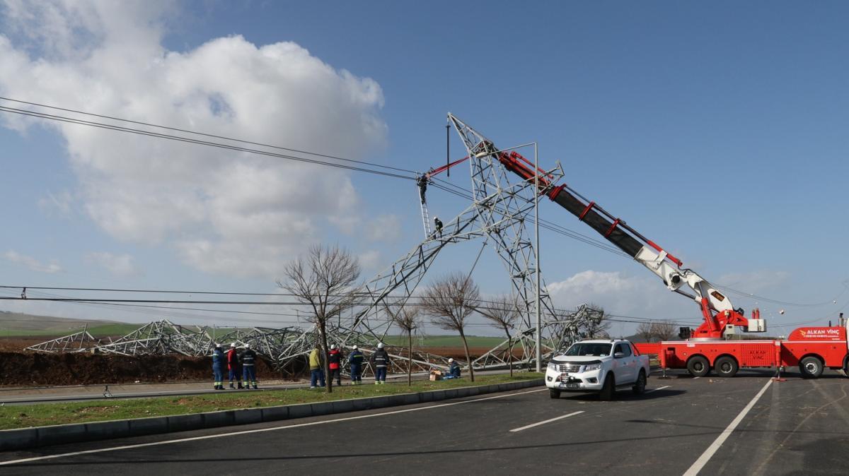 Şiddetli rüzgar nedeniyle yüksek gerilim hattı direği devrildi