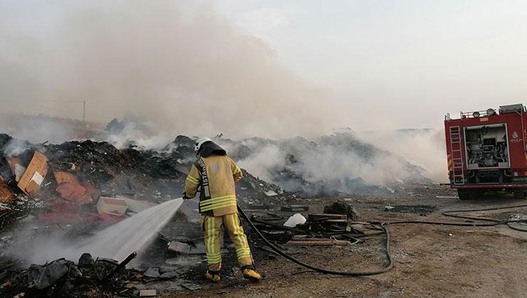 Silivri'de ağaçlık ve çöplük alanda yangın çıktı
