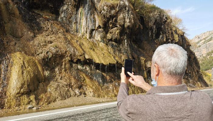 Tunceli'deki 'Ağlayan Kayalar' yoldan geçenlerin ilgi odağı oldu