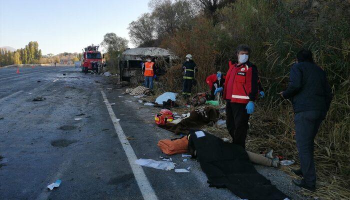 Van'da sığınmacıları taşıyan minibüs devrildi! Ölü ve yaralılar var
