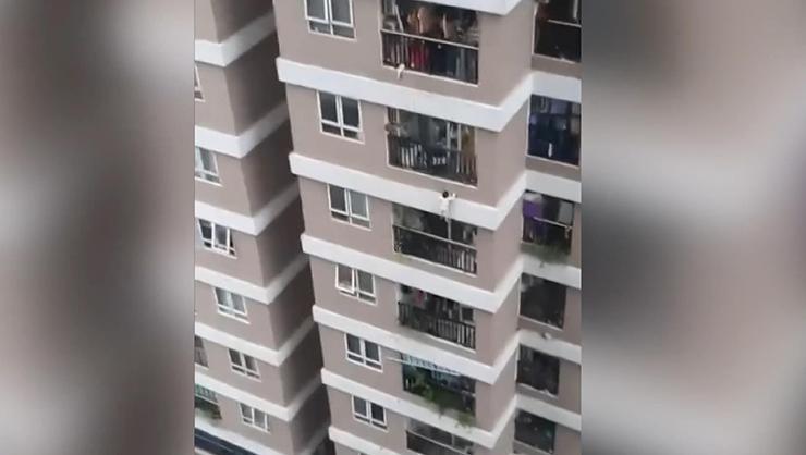 12nci kattan düşen çocuğu kurye kurtardı