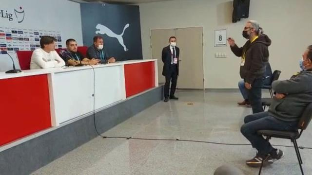 Adana Demirspor'un Teknik Direktörüne Gazetecilerden Tepki