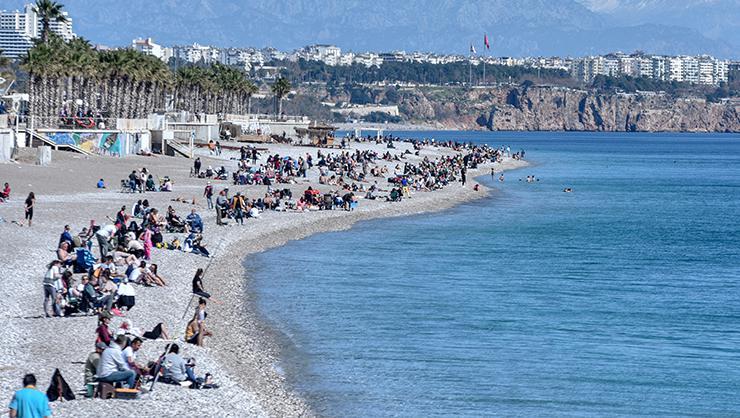 Antalyada sıcak hava koronavirüsü unutturdu