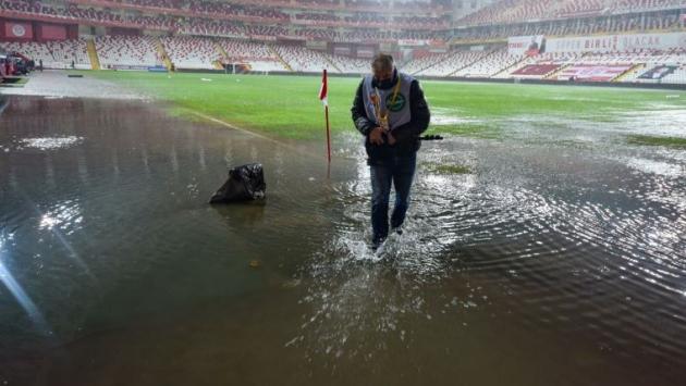 Antalyaspor-Hatayspor maçı yoğun yağış nedeniyle ertelendi