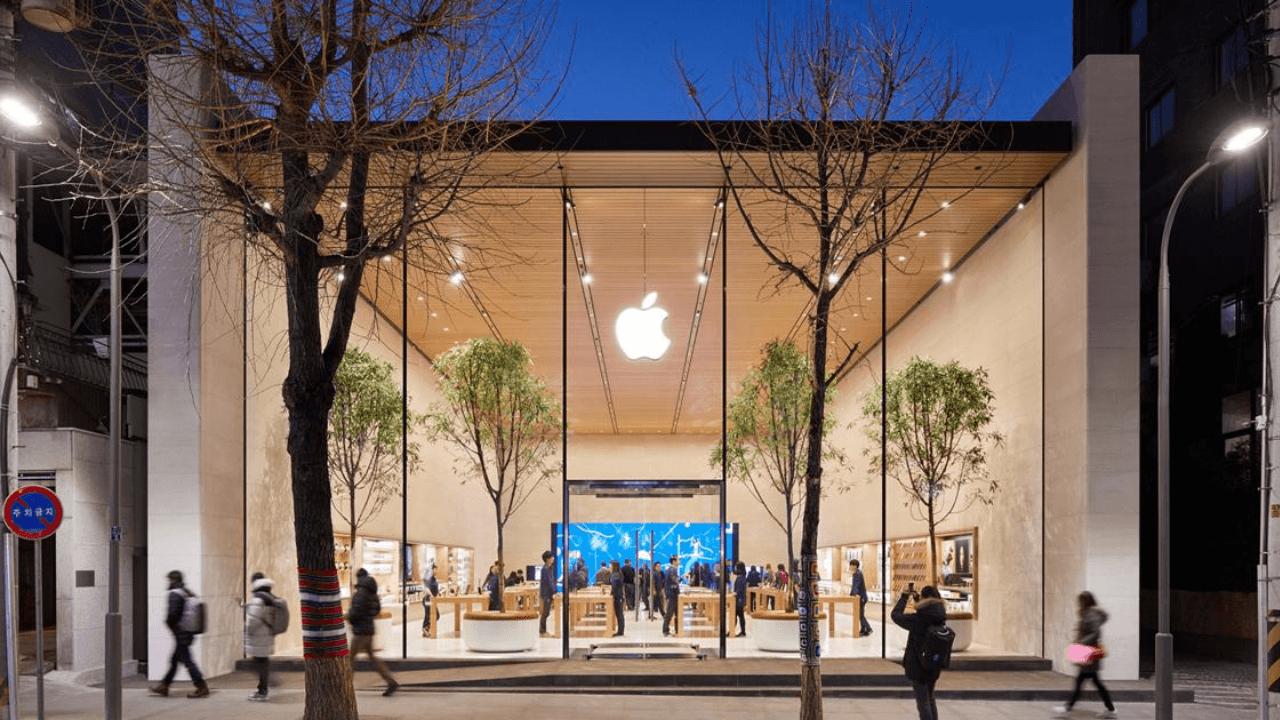 Apple, yaklaşık bir yıl sonra ABD'deki tüm mağazalarını yeniden açtı