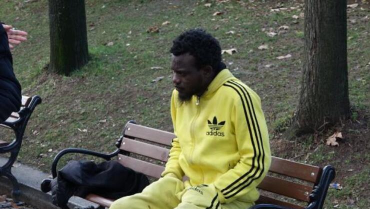 Gezi Parkında soğuktan titreyen Nijeryalı genç hiçbir yardımı...