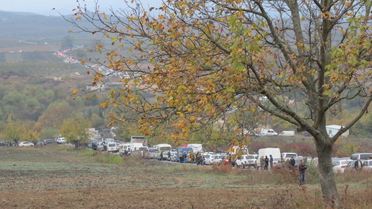 Hankendi'den Erivan'a kaçan Ermenilerin araç kuyruğu