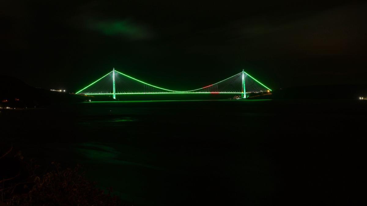 İstanbul'un köprüleri yeşil ve beyaza büründü