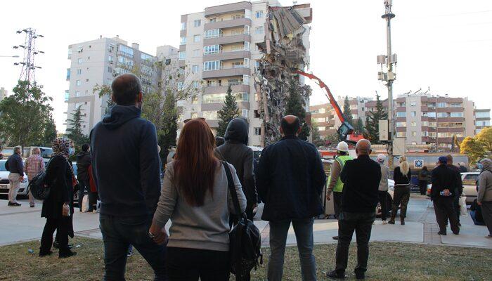İzmir depreminde hasar gören Yılmaz Erbek Apartmanı'nın yıkımını böyle izlediler!