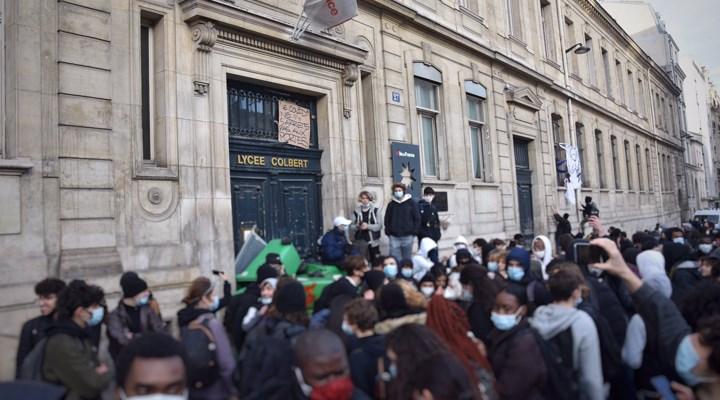 Paris'te salgın döneminde okulların açılmasını protesto eden lise öğrencileri polisle çatıştı