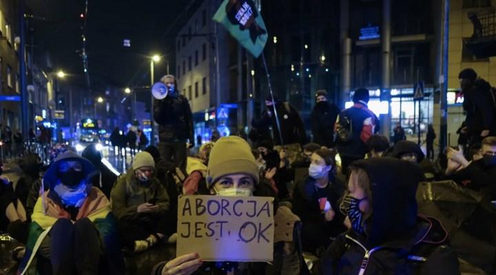 Polonya'da kadınların mücadelesi kürtaj yasağını askıya aldırdı