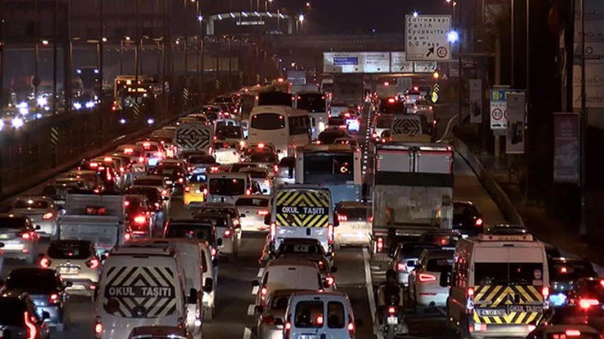 Sokağa çıkma kısıtlamasına saatler kala İstanbul'da trafik kilitlendi