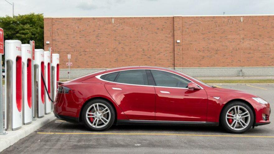 Sürücüsüz Tesla'nın yaptığı kazada 2 kişi hayatını kaybetti