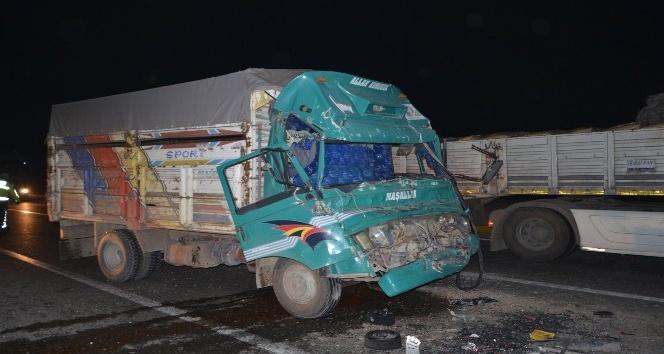 Tıra çarpan kamyonun sürücüsü kabinde sıkıştı